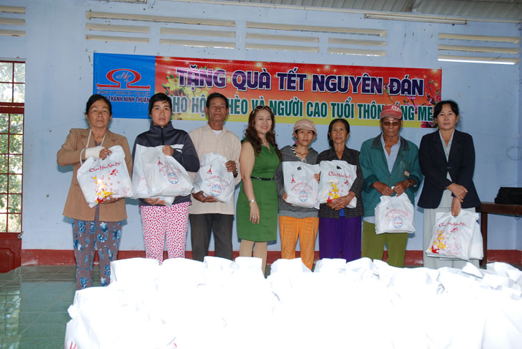 Tặng quà cho người nghèo tại huyện Thuận Bắc